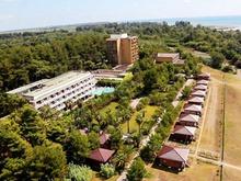 Вид на корпус пансионата Сосновая роща в Абхазии